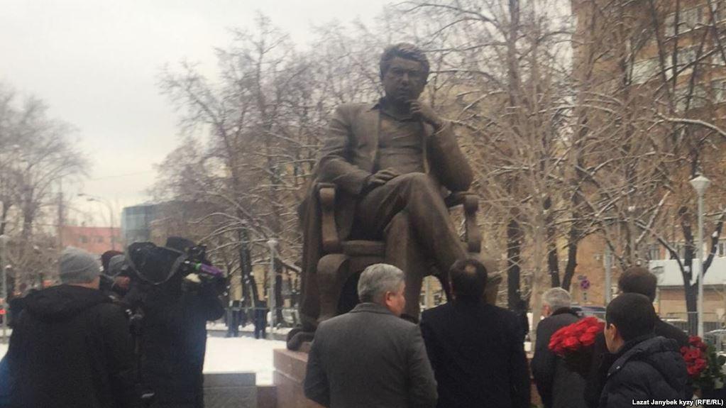 pomnik Ajtmatowa w Moskwie