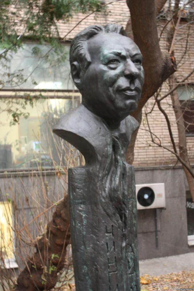 popiersie Ajtmatowa